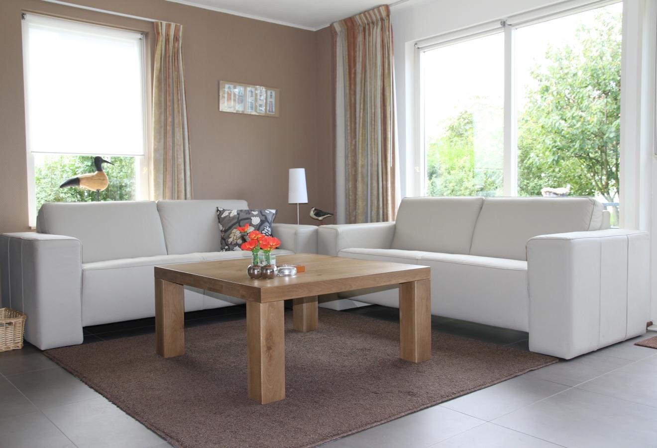 De salontafel in de woonkamer
